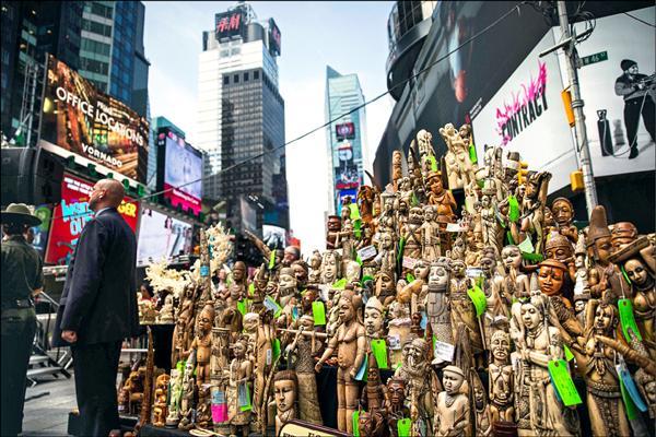 紐約時報廣場展示超過一噸遭查獲沒收的象牙製品。(法新社)