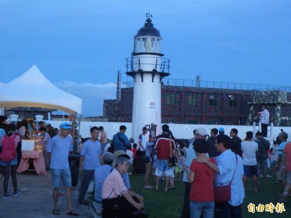 西嶼燈塔音樂會吸引許多民眾前往參加。(記者劉禹慶攝)