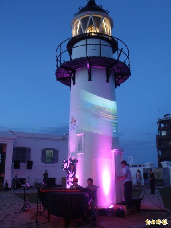 古老燈塔搭配最新光雕秀刺激視覺感官享受。(記者劉禹慶攝)