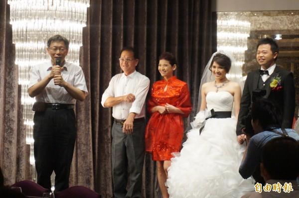 台北市長柯文哲(左)昨抽空出席友人婚禮,忘記準備紅包。(記者涂鉅旻攝)
