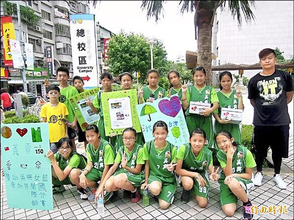 吳興國小女籃隊為籌措去芬蘭比賽的費用,在吳興商圈義賣雨傘。(記者梁珮綺攝)