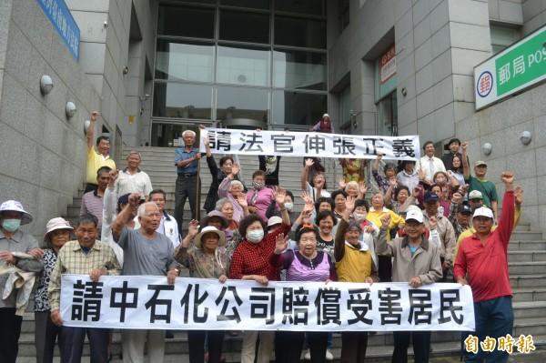 中石化污染求償案受害居民於4月間至台南地院舉布條,希望法院儘速審理。(資料照,記者黃文鍠攝)