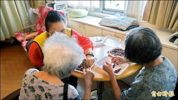 社會局要在老人長期照護中心推動自立支援照護模式。(記者蘇金鳳攝)