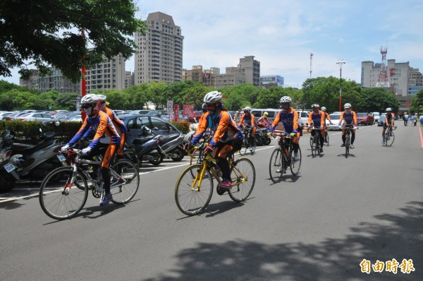 台中市國際工商經營研究社(台中IMC) 慶祝創社50周年,號召66名年紀從68歲到12歲不等的勇士,用自行車環台送暖。(記者黃美珠攝)