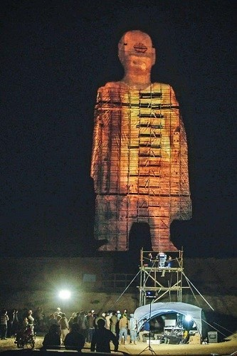 被塔利班政權後惡意炸毀的「巴米揚大佛」,歷經14年,終有一對中國夫婦及其團隊利用光影投射技術,重現了其中一座大佛影像,民眾感動不已。(圖擷自網路)