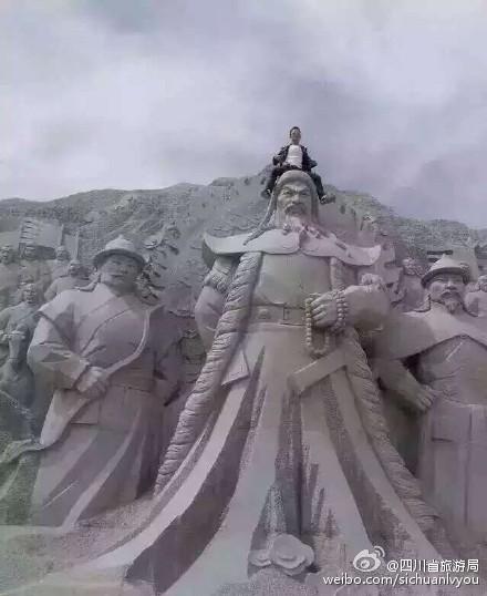 中國遊客踐踏蒙古英雄塑像。(圖片擷取自網路)