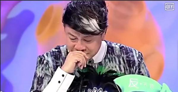 蔡康永在中國節目《奇葩說》談到出櫃的掙扎和矛盾,忍不住當場淚崩。(圖擷自《愛奇藝》)
