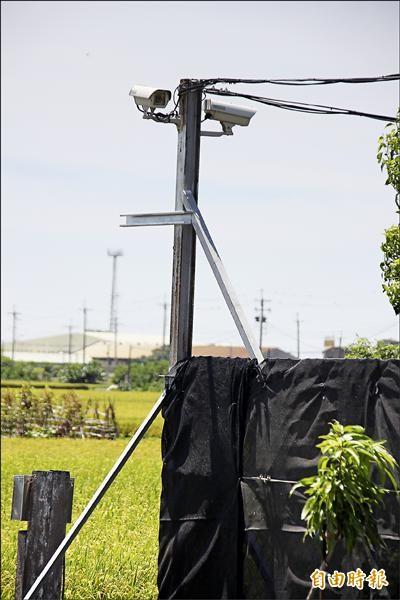 陳某的樹園圍黑網顯得相當醒目,還架設9支監視器,並放置大量釘板。(記者林宜樟攝)
