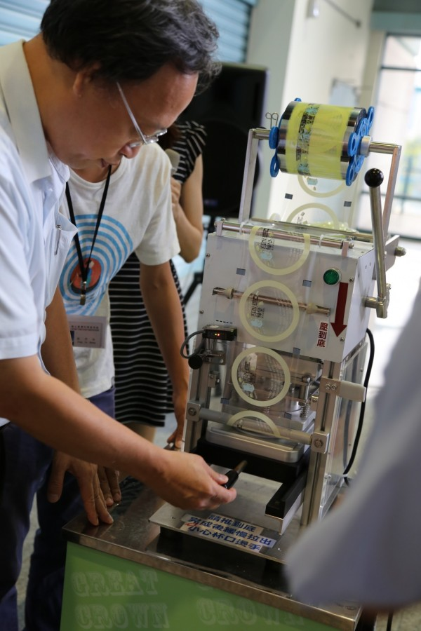 科教館長朱楠賢邀請大小朋友來透析手搖杯封口機的神奇,還可以動手體驗。(圖由科教館提供)