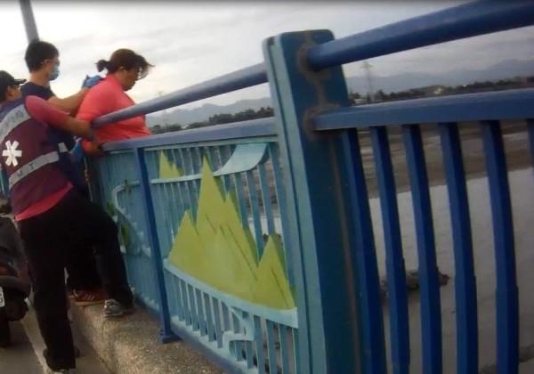 婦女意圖跳河,里港警方機警救回。(圖由警方提供)