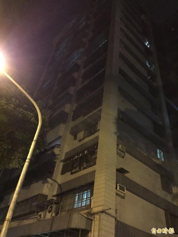 高雄市一棟大樓晚間傳出少女意圖跳樓事件。(記者蔡清華攝)