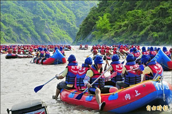 秀姑巒溪泛舟每年湧進10萬遊客,萬一有人溺水,送醫路途遙遠。(記者花孟璟攝)