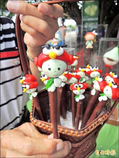 新市社區發展協會研製第五代白蓮霧寶寶筆,將在白蓮霧文化節登場亮相。(記者林孟婷攝)