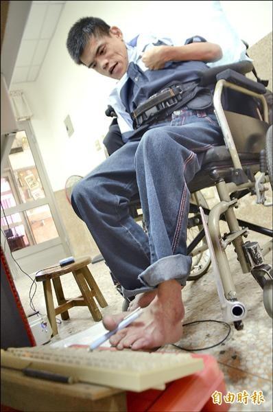 進擊的腦麻鬥士!林宏盈克服身體障礙,用電腦寫詩,目前已有一百三十一篇創作。(記者顏宏駿攝)