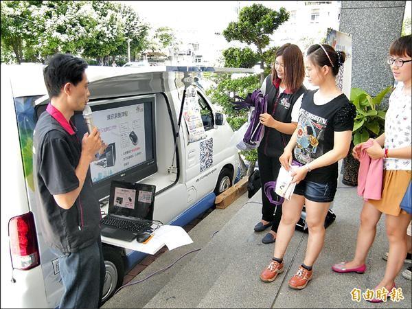 移民署關懷新住民,出動胖卡學習車。(記者顏宏駿攝)
