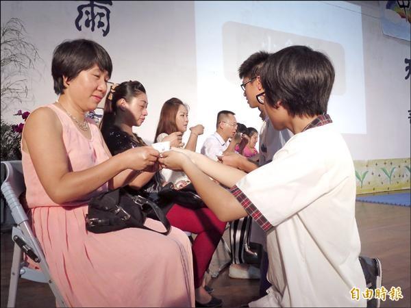 魚池國中製茶師培訓「紅鑽計畫」成果發表會,受訓學生向家長奉茶表達感謝。(記者劉濱銓攝)