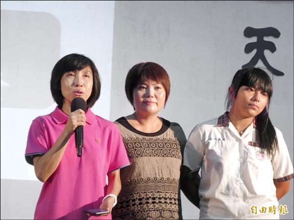 魚池國中校長林家如(左)分享學生寫給她的簡訊,感動台下所有人。(記者劉濱銓攝)
