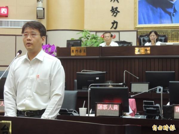 新聞處處長吳堂成,嚴正說明反黑金立場。(記者洪瑞琴攝)