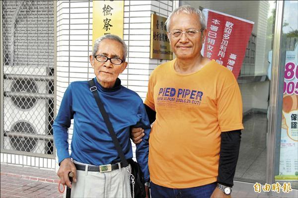 南投仁愛鄉布農族原住民楊坤成(左)由兒子塔斯竹幹.武浪(右)到南投地檢署出庭,對警方沒收其獵槍十分不滿。(記者陳鳳麗攝)