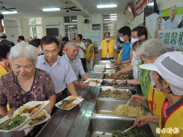 10年後的台灣,65歲以上人口將增加178萬人;每5人就有1人超過65歲。圖為雲林西螺老人會共餐畫面。(資料照,記者黃淑莉攝)