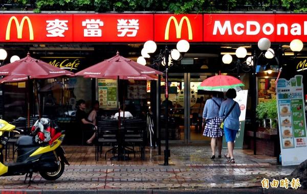 麥當勞子公司將撤出台灣,旗下直營店將易主。圖為位於台北市敦化北路與民生東路口的麥當勞分店。(記者朱沛雄攝)