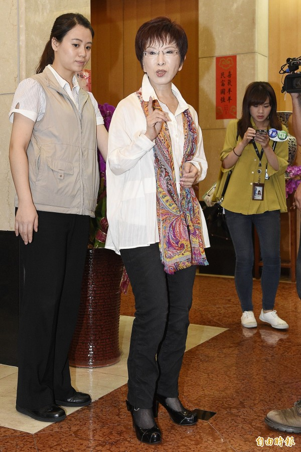 站在洪秀柱身後的賴姓隨扈(左),長髮大眼的模樣引起媒體的關注,更有立委助理想要認識她而向洪秀柱詢問連絡方式。不過據了解,她已在今年1月結婚了。(資料照,記者陳志曲攝)