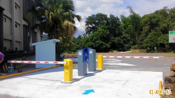關子嶺首座收費停車場位於南市勞工育樂中心旁,停車費可抵消費。(記者王涵平攝)