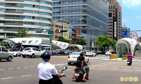 根據電腦模擬結果,在優化公車專用道上路後,台灣大道與忠明南路口慢車道運輸效率將大幅提升。(記者張菁雅攝)