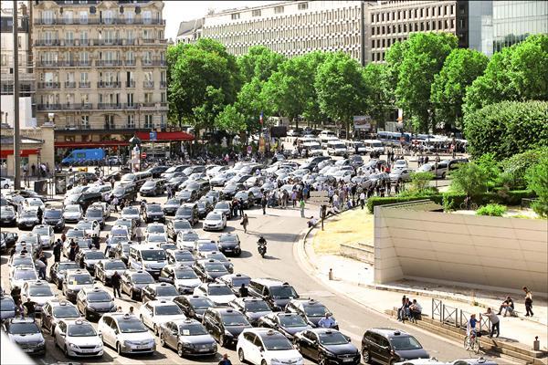 大批計程車堵住巴黎地鐵一號線的馬約門站。(路透)