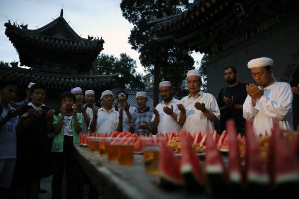 中國境內的新疆穆斯林被政府打壓情況嚴重,甚至被禁止了齋戒,校園中還出現校方測試學生是否封齋的情形。(EPA)