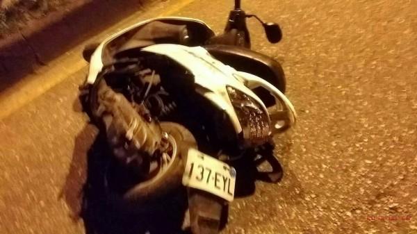 東華大學2名大二女生,騎白色機車從學長畢業聚會離開,回程發生意外1死1重傷。(圖由警方提供)