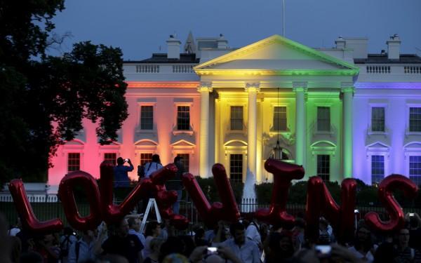 美國最高法院裁定同志婚姻全美合法化,民眾聚在在白宮前,高舉「愛贏了」(Love Wins)氣球,慶祝這歷史性的一刻。(路透)