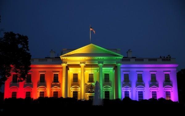 慶祝美國最高法院裁定同志婚姻全美合法化,白宮於26日晚間打上彩虹光慶祝。(路透)