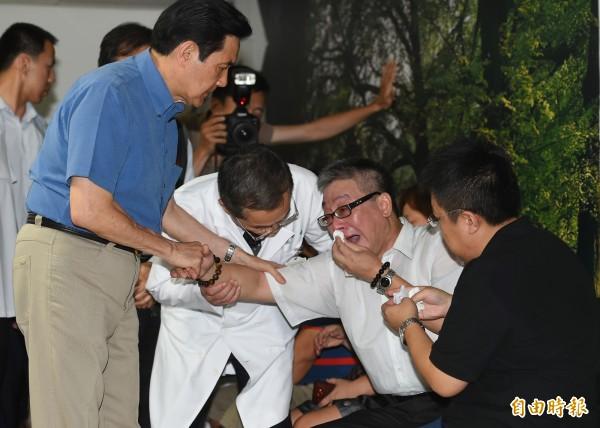 馬英九總統(左)今天(28日)前往榮總探視在八仙樂園粉塵爆炸案中受傷民眾,在慰問家屬時,一傷者父親痛苦哭請求總統救救他的女兒。(記者張嘉明攝)
