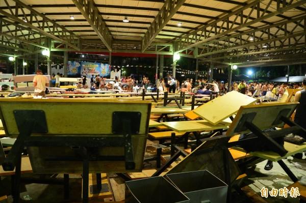 八仙樂園爆炸 ,大批受傷民眾在現場待援。(記者王藝菘攝)
