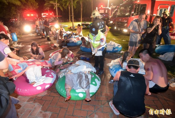 八仙樂園27日晚間發生火警,大批民眾燒燙傷,等待救援。(記者王敏為攝)