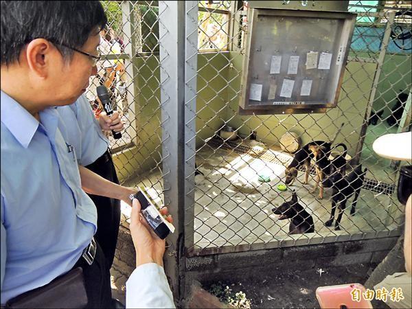 柯文哲參訪台南市流浪動物之家,對台南做法讚譽有加。(記者蔡文居攝)