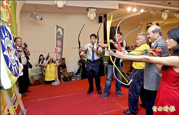 台灣國辦公室昨日舉辦感恩餐會,創辦人王獻極(右三)、台聯黨主席黃昆輝(右二)等五箭齊發射向國民黨。(記者簡榮豐攝)