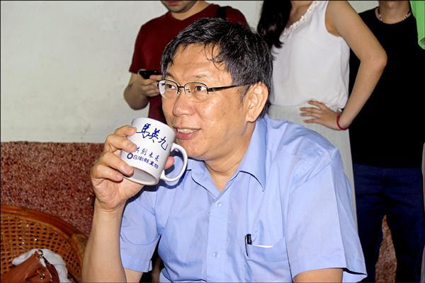 北市長柯文哲昨參訪台南市,拜訪「鳳梨王子」楊宇帆時,楊幽默拿出印有馬英九字樣杯子招待鳳梨茶,他說這是高官所贈,柯也是北市高官,拿這杯子招待正好「門當戶對」。(圖文︰記者林孟婷)