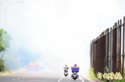 農民露天燒稻草,影響交通視線安全。(資料照片,記者吳俊鋒攝)