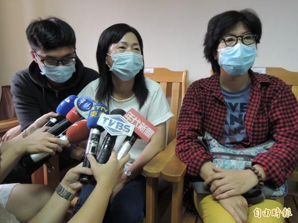 劉生與邱生的媽媽盼政府成立專案,協助醫療復健之路。(記者蔡淑媛攝)
