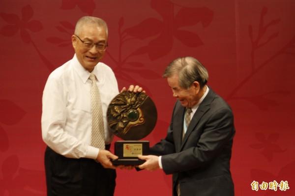 吳敦義頒獎給今年客家終身貢獻奬得主古國順。(記者邱芷柔攝)