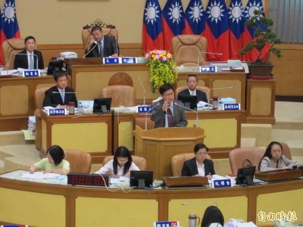 新北市副市長陳伸賢在市議會說明八仙爆炸案處理情形。(記者何玉華攝)