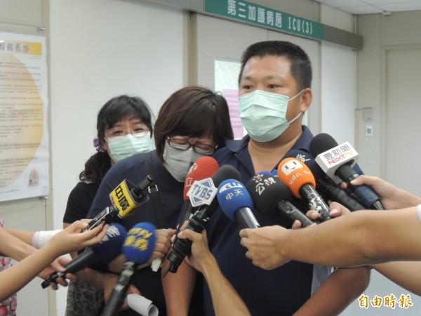 李珮筠的媽媽哭倒在家人身上,哭求大家救救兒子,幫忙轉院到有燒燙傷中心的醫院。(記者蔡淑媛攝)