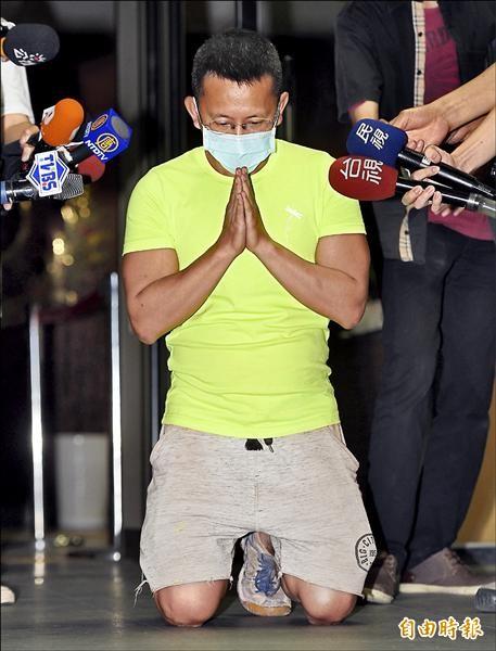 呂忠吉昨訊後以一百萬元交保,在鏡頭前下跪、合十致歉,表示會負起責任。(記者羅沛德攝)