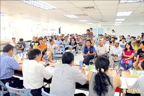 「淡海輕軌運輸系統」變更淡海新市鎮特定區計畫說明會昨天召開,地主們質疑變更採一般徵收,剝奪民眾財產處分權。(記者俞肇福攝)