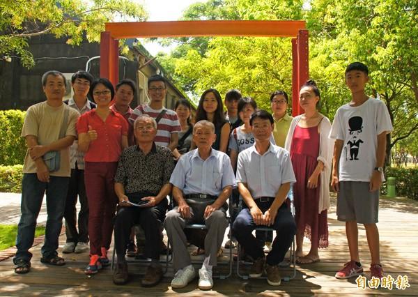 王保原與呂興貴(坐者中、左)與學員合影。(記者劉婉君攝)