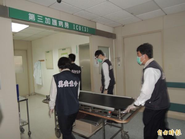 今天下午2點21分,20歲的李珮筠因心肺衰竭宣告不治,成為八仙粉塵爆炸案的第1名罹難者。(記者蔡淑媛攝)