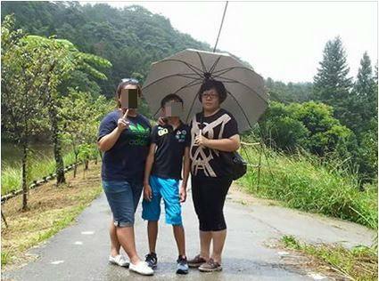 李女(左一)今年考上大學,與小學畢業準備上國中的弟弟李小弟(中)參加彩虹派對,兩人都受到嚴重燒燙傷。(圖擷取自臉書)