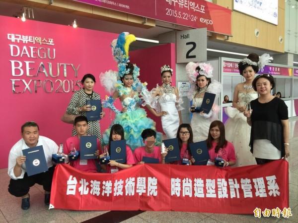 劉致葦(前排左二)參加韓國設計比賽。(記者蔡淑媛翻攝)